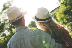Tramonto di sorveglianza delle giovani coppie Fotografia Stock