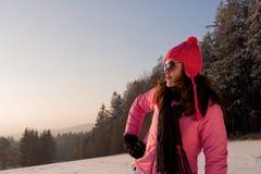 Tramonto di sorveglianza di inverno della giovane donna Fotografia Stock
