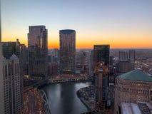 Tramonto di stordimento sopra Chicago River a gennaio immagini stock libere da diritti