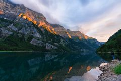 Tramonto di stupore al fählensee in Svizzera Bella riflessione sul lago immagini stock