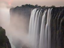 Tramonto di Victoria Falls dal lato dello Zambia, acqua di seta Fotografia Stock Libera da Diritti
