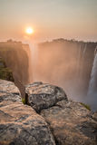 Tramonto di Victoria Falls dal lato dello Zambia, rocce nella priorità alta immagini stock libere da diritti