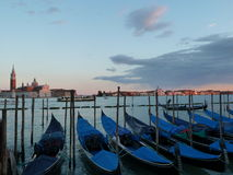 Tramonto di vista di laguna della gondola di Venezia Immagini Stock