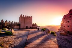 Tramonto dietro Castillo de Tabernas in AlmerÃa Spagna fotografia stock libera da diritti