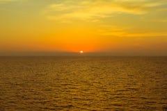 Tramonto dietro l'isola in mare il mar Mediterraneo Immagini Stock