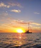 Tramonto dietro la barca a vela girante in Bahamas Immagini Stock Libere da Diritti