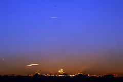 Tramonto dietro le nubi Fotografia Stock