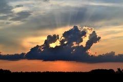 Tramonto dietro le nuvole immagine stock libera da diritti