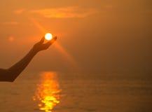 Tramonto disponibile di Sun sopra la spiaggia Fotografie Stock Libere da Diritti