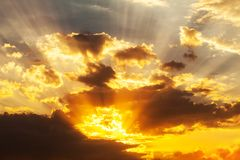 Tramonto divino con i raggi del sole Fotografie Stock Libere da Diritti