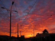 Tramonto domani Lanterne e linea tranviaria nere della via Fotografia Stock