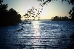 Tramonto dorato con acque blu sul lago Lanier con le isole del piccolo lago Fotografia Stock Libera da Diritti