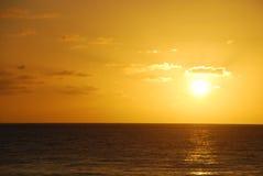 Tramonto dorato dell'oceano Fotografia Stock