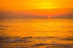 Tramonto dorato di alba sopra le onde di oceano del mare Fotografia Stock Libera da Diritti