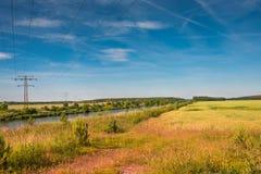 Tramonto dorato di estate al campo dell'azienda agricola ed al fiume, natura splendida, G Immagine Stock