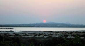 Tramonto dorato e bluastro nel lago del saltworks di Torrevieja fotografie stock libere da diritti