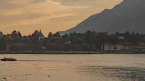 Tramonto dorato nel lago Commo fotografia stock