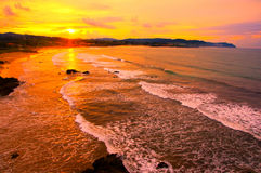 Tramonto dorato nella spiaggia Fotografia Stock