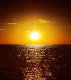 Tramonto dorato sopra acqua fotografia stock