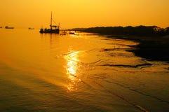 Tramonto dorato sopra acqua Fotografie Stock Libere da Diritti