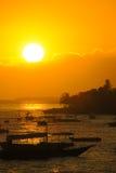 Tramonto dorato sopra i pescherecci su Alona Beach, Panglao Fotografia Stock Libera da Diritti