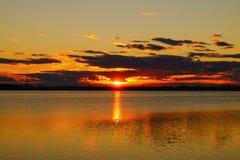 Tramonto dorato sopra il fondo del lago Fotografie Stock
