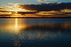 Tramonto dorato sopra il fondo del paesaggio del lago Fotografia Stock