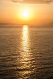 Tramonto dorato sopra il mare Fotografie Stock Libere da Diritti