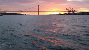 Tramonto dorato sui precedenti di venticinquesima April Bridge Lisbon video d archivio