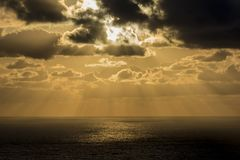 Tramonto dorato sull'Oceano Atlantico da Cabo da Roca fotografia stock