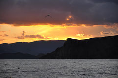 Pittura di tramonto del mare le montagne del fondo. Fotografia Stock Libera da Diritti
