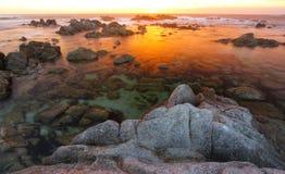 Tramonto drammatico alla spiaggia di stato di Asilomar, Monterey, California, U.S.A. Fotografie Stock