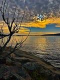 Tramonto drammatico dell'arcipelago di Stoccolma con il cielo colorato meraviglioso fotografie stock