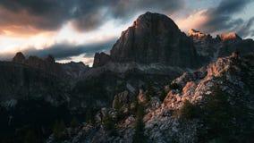 Tramonto drammatico nelle montagne con le nuvole pesanti scure in Dolom Fotografia Stock Libera da Diritti