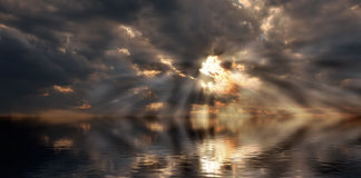 Tramonto drammatico sopra acqua. Fotografie Stock Libere da Diritti