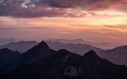 tramonto drammatico sopra catena montuosa nelle alpi svizzere fotografie stock libere da diritti