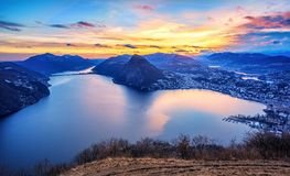 Tramonto drammatico sopra il lago di Lugano in alpi svizzere, Svizzera Immagine Stock