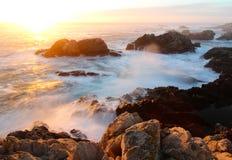 Tramonto drammatico sulla costa di Big Sur, parco di stato di Garapata, vicino a Monterey, California, U.S.A. Fotografia Stock Libera da Diritti