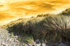 Tramonto drammatico sulla spiaggia beal rocciosa Immagini Stock Libere da Diritti