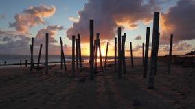 Tramonto drammatico sulla spiaggia vuota, Hjerting, Jutland, Danimarca archivi video