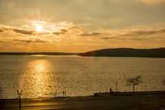 Tramonto durante il giorno di inverno freddo dal lago Fotografia Stock Libera da Diritti