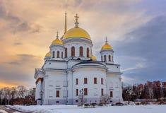 Tramonto durante la sera di inverno di Ekaterinburg del novotihvinskim del tempio Fotografia Stock
