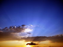 Tramonto durning del cielo largo immagini stock