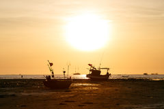 Tramonto e barca del siluate Fotografie Stock