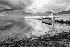 Tramonto e barca sul lago Fyfe a Inveraray, Scozia Immagine Stock