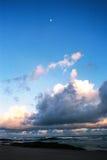 Tramonto e la luna - granulo visibile della pellicola Fotografie Stock Libere da Diritti