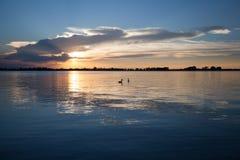 Tramonto e lago Fotografie Stock