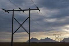 Tramonto e linee elettriche nel paesaggio islandese immagini stock