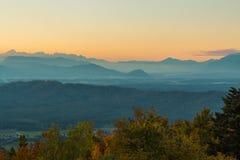 Tramonto e montagne Immagine Stock