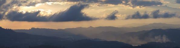Tramonto e montagne a Guatape in Antioquia, Colombia Fotografia Stock